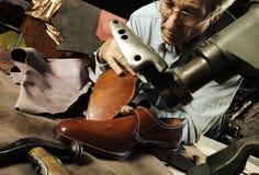 Мастер делая роскошные handmade ботинки человека Стоковые Изображения RF