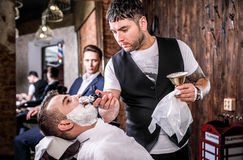 Мастер делает коррекцию бород в салоне парикмахерскаи Закройте вверх по фото Стоковые Фото
