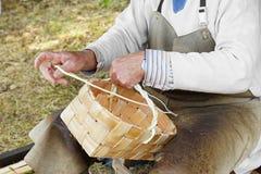 Мастер делая корзины Стоковое Фото