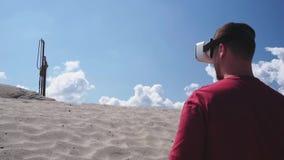 Мастер использует стекла виртуальной реальности на конструкции на пустыне сток-видео