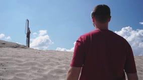 Мастер использует стекла виртуальной реальности на конструкции на пустыне видеоматериал