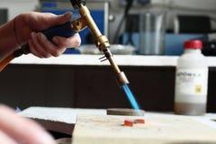 мастер мастерской, загорая горелка золота Стоковое фото RF