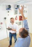 Мастер показывая к конструкции проблем архитектора Стоковые Фотографии RF