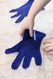 Мастер принимает пушистые перчатки после свертывать стоковая фотография rf