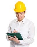 Мастер принимая примечание на доске сзажимом для бумаги Стоковое Изображение RF