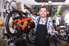Мастер работает с тормозами ` s велосипеда Стоковые Фотографии RF