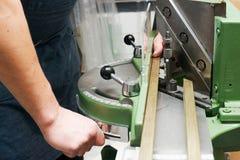 Мастер работая на рамке в frameshop Стоковое Изображение