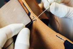 Мастер работы с кожаными товарами Стоковое фото RF