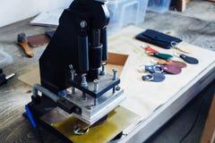 Мастер работы с кожаными товарами Стоковые Фото