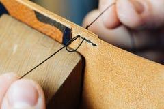 Мастер работы с кожаными товарами Стоковая Фотография RF