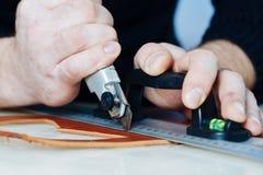 Мастер работы с кожаными товарами Стоковые Изображения RF