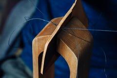 Мастер работы с кожаными товарами Стоковое Изображение