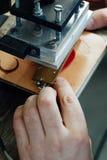Мастер работы с кожаными товарами Стоковое Фото