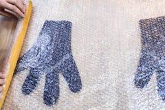 Мастер свертывает пушистые перчатки к циновке со штырем стоковая фотография rf