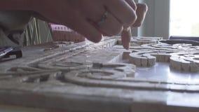 Мастер собирает панели от деталей сделанных из мраморного видео видеоматериал
