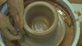 Мастер создает чашку глины сток-видео