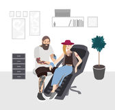Мастер татуировки на работе Профессиональное tattooer делая татуировку к молодой женщине в студии Tattooist с клиентом плоско Стоковое Изображение RF