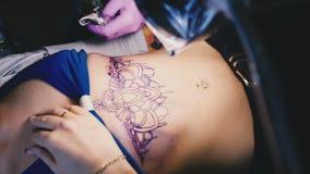 Мастер татуировки работает с эскизом сток-видео