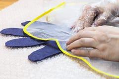 Мастер трет волокна к перчатке через сетку стоковые изображения