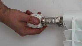 Мастер устанавливает топление клапана термостата Конец-вверх акции видеоматериалы