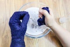 Мастер фиксирует размер пушистых перчаток стоковое фото rf