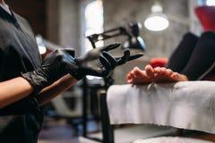 Мастер Pedicure подготавливает для процедуры с клиентом стоковые фото