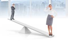 Масштабы белизны веся бизнесмена и коммерсантки Стоковые Изображения RF