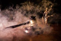 Масштабы закона, доллары получают деньги наличными, молоток судьи, наручник Винтажное фото sepia старого стиля с туманом стоковое фото