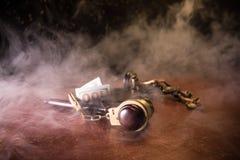 Масштабы закона, доллары получают деньги наличными, молоток судьи, наручник Винтажное фото sepia старого стиля с туманом стоковая фотография rf
