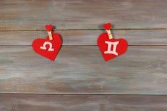 Масштабы и близнецы знаки зодиака и сердца Деревянное backgrou стоковые изображения rf