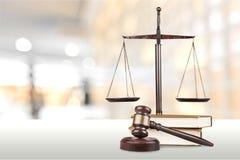 Масштабы правосудия и деревянный молоток постамент правосудия принципиальной схемы 3d золотистый представляет маштаб Стоковые Изображения RF