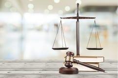 Масштабы правосудия и деревянный молоток постамент правосудия принципиальной схемы 3d золотистый представляет маштаб Стоковые Изображения