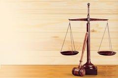 Масштабы правосудия и деревянный молоток постамент правосудия принципиальной схемы 3d золотистый представляет маштаб Стоковые Фотографии RF