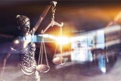 Масштабы правосудия с светом постамент правосудия принципиальной схемы 3d золотистый представляет маштаб Стоковые Изображения RF