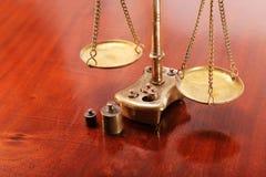 Масштабы с блюдами на цепях как символ законного Стоковые Изображения RF