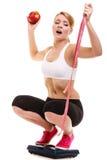 Масштаб расстроенной женщины веся Потеря веса диеты Стоковая Фотография RF