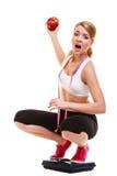 Масштаб расстроенной женщины веся Уменьшение потери веса Стоковые Фото