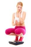 Масштаб расстроенной женщины веся Уменьшение потери веса Стоковые Фотографии RF