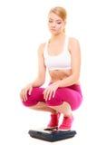 Масштаб расстроенной женщины веся Уменьшение потери веса Стоковое Изображение