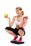 Масштаб счастливой женщины веся Уменьшение потери веса Стоковые Изображения RF