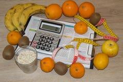 Масштаб с здоровым сообщением сердца и измеряя лента на таблице по мере того как управление принципиальной схемы пояса живота пре Стоковые Фото
