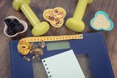 Масштаб цифров при рулетка, таблетки, гантели и здоровое питание, уменьшая концепцию Стоковое Изображение RF