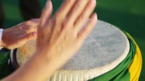 Масленица самбы Рио Бразилии Кто-то играет музыку на барабанчике обернутом с флагом Бразилии видеоматериал