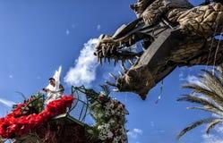 Масленица славного, сражение ` цветков Молодая женщина одетая в белизне и драконе стоковое изображение rf