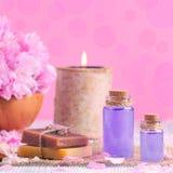 Масло лаванды, мыло, соль, свежие цветки, свеча, на тонизированном пинке, для курорта и здоровья, Стоковые Изображения