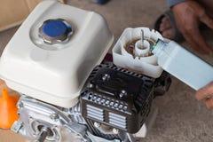 Масло двигателя заполнения фермера в фильтр для масла водяной помпы Стоковое Фото
