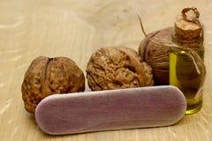 Масло грецкого ореха на винтажной бутылке и гайках на деревянной таблице Стоковое Изображение RF