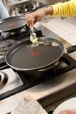 Масло женщины плавя в сковороде стоковое изображение rf