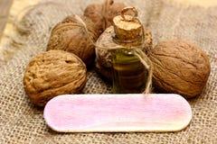 Масло и гайки грецкого ореха на грубом увольнении ткани Стоковые Изображения RF