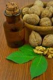 Масло и гайки грецкого ореха на деревянном столе Стоковые Фотографии RF